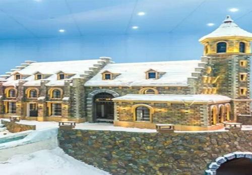 哈尔滨万达茂娱雪乐园雪山咖啡厅与餐厅的防火玻璃隔断